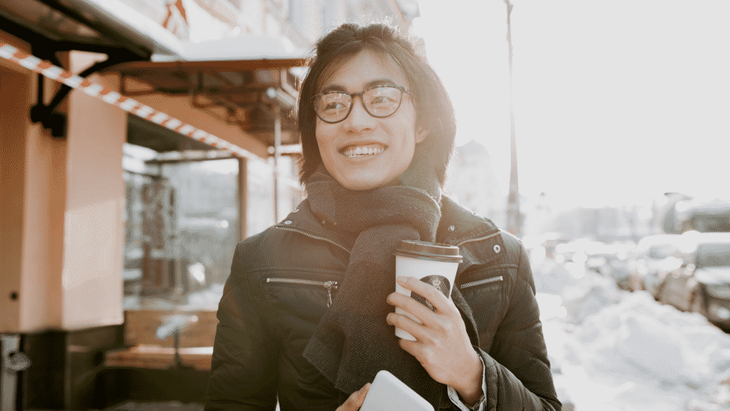 Mulher sorridente andando pela rua