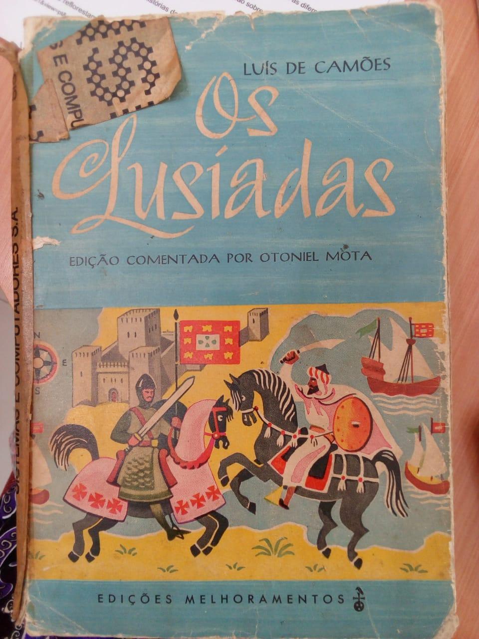 Foto de um livro velho de Os Lusíadas.