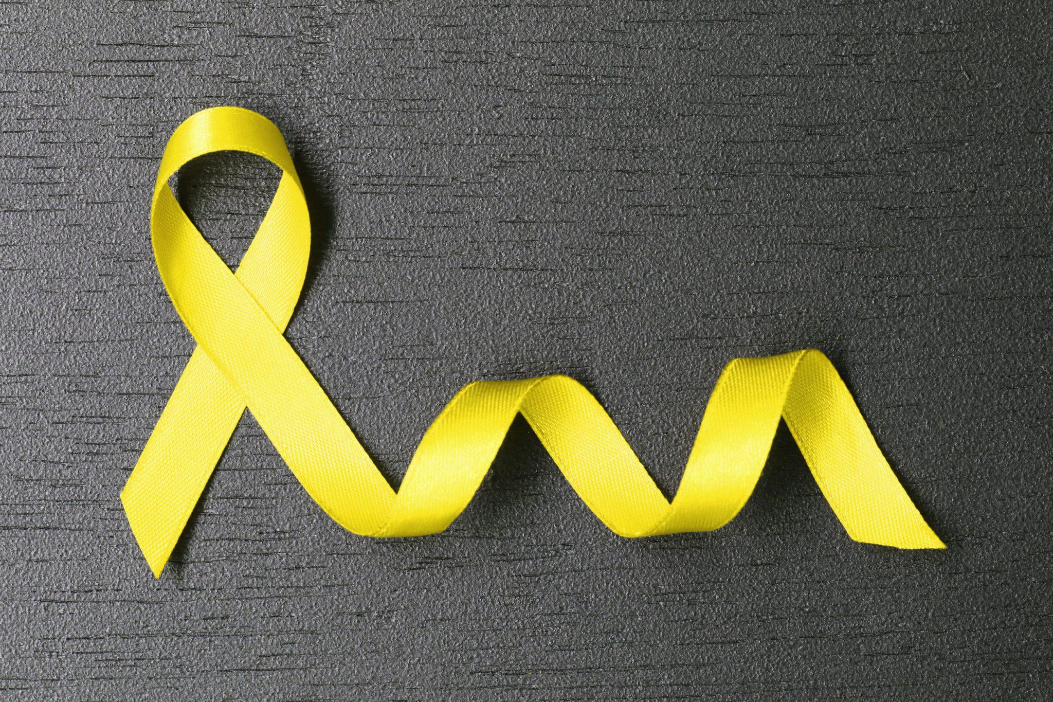 Fita amarela em cima de uma mesa preta