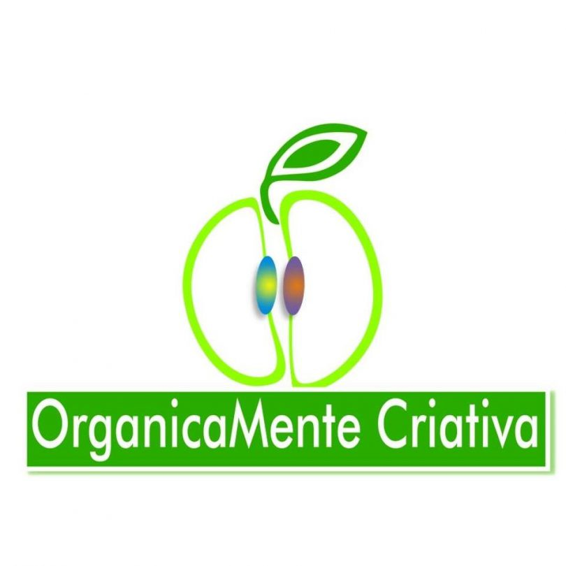 Logo da Organicamente Criativa: Contorno de uma maça verde com o nome logo abaixo.