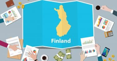 Desenho de uma mesa de reunião com diversas mãos e documentos cercando o mapa da Finlândia.