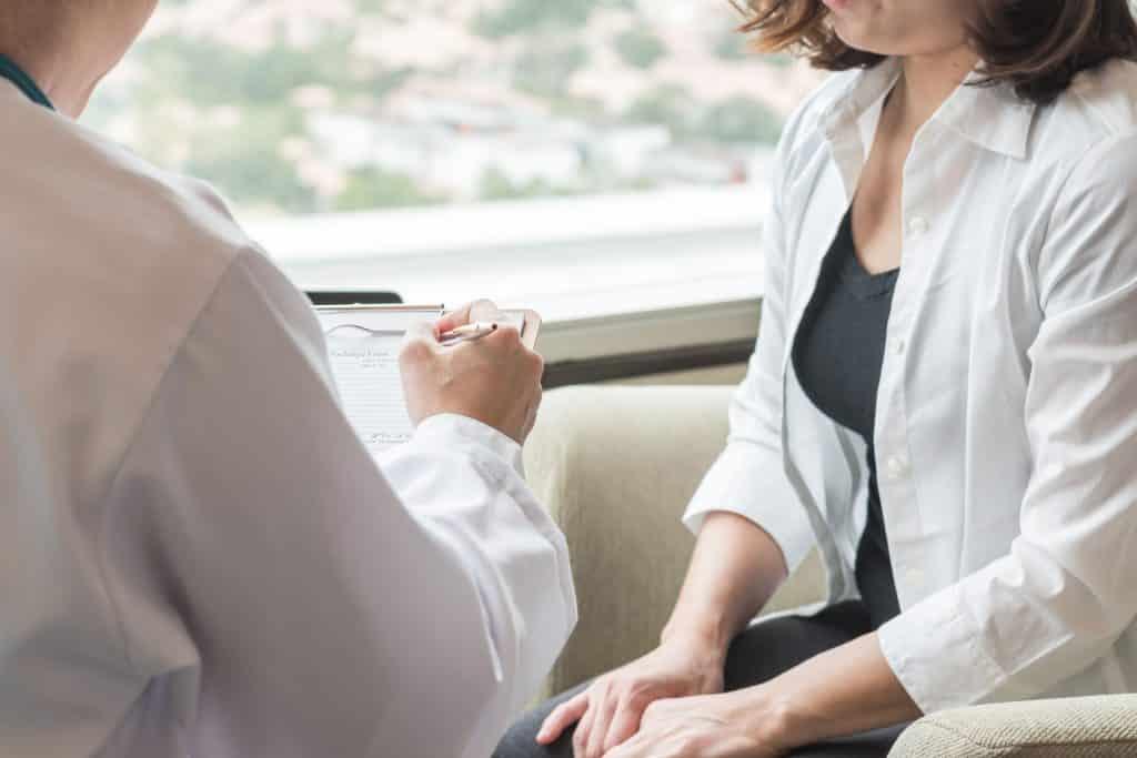 Mulher conversando com doutor