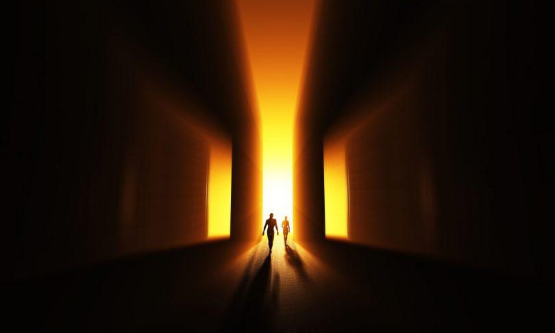 Duas silhuetas caminhando em direção à 3 portas luminosas.