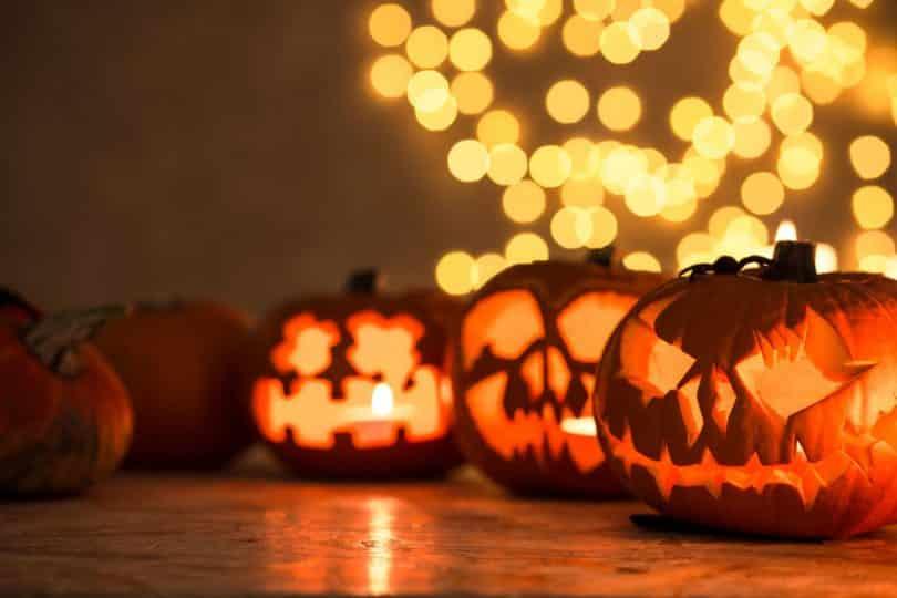 Abóboras iluminadas de Halloween sobre uma mesa.
