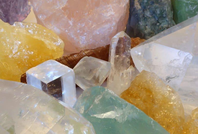 Diversos cristais coloridos juntos.