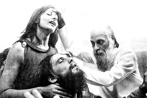 Osho com as mãos na cabeça de um homem e uma mulher, que estão em estase.