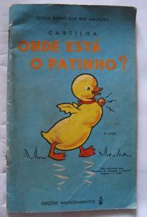 Um pequeno livro com a capa azul clara e um patinho amarelo desenhado. Acima do patinho há o título do livro que chama onde está o patinho?