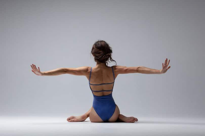 Mulher fazendo exercício de yoga em um estúdio.