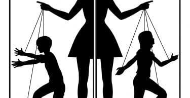 Desenho de mulher fazendo duas crianças de fantoche, um menino e uma menina.
