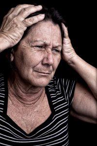 Retrato de uma mulher com o semblante de desespero.
