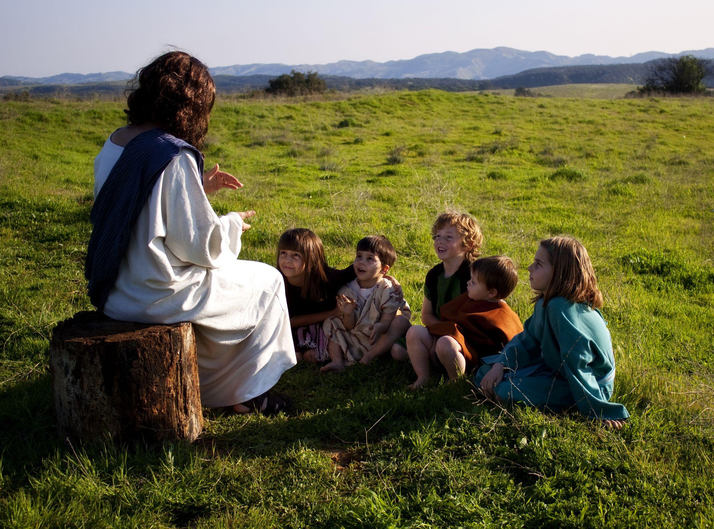 Jesus ensinando crianças no pasto.