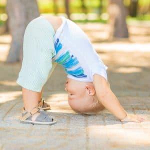 Um bebê fazendo yoga.