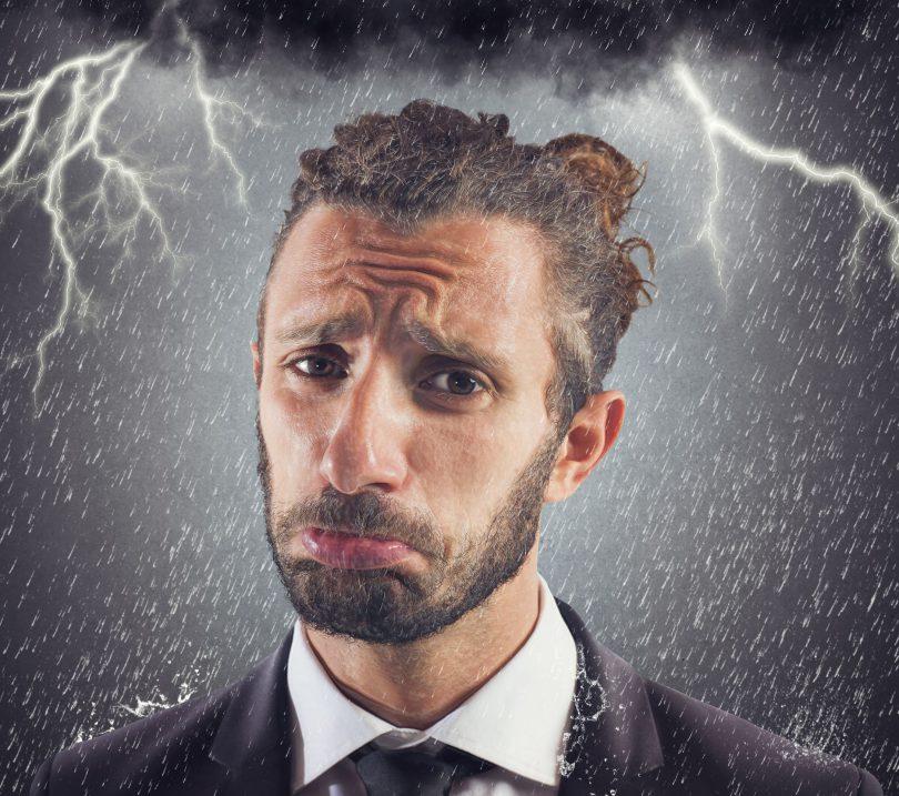 Retrato de homem triste negócios com tempestade fundo