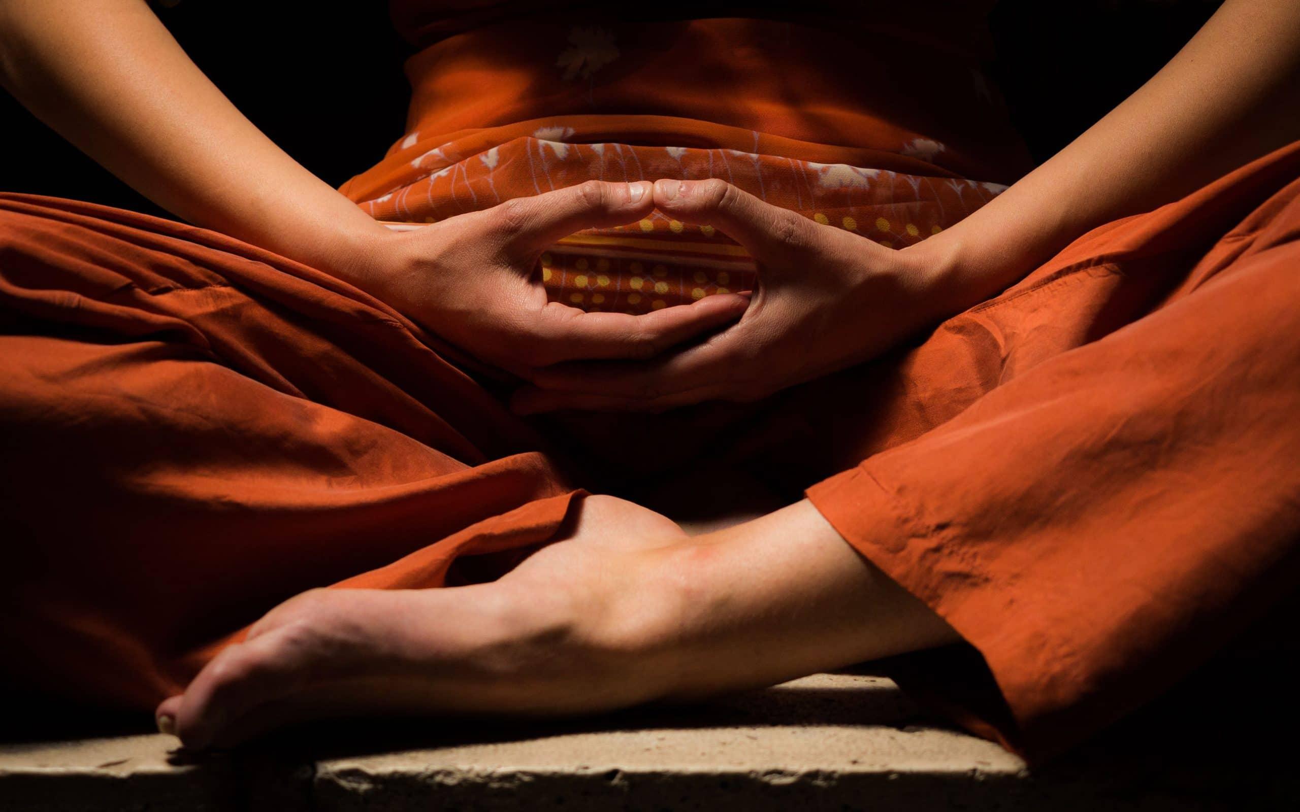 Tronco de alguém meditando. Conceito de Mindfulness.