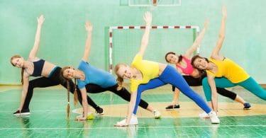 meninas ativas praticando ginástica no pavilhão desportivo