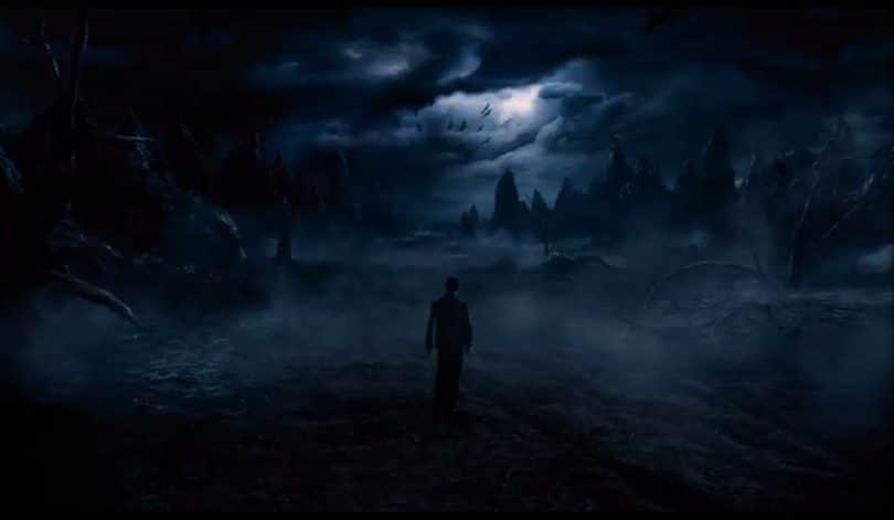 Silhueta de homem em uma floresta negra, com neblina e céu nublado.