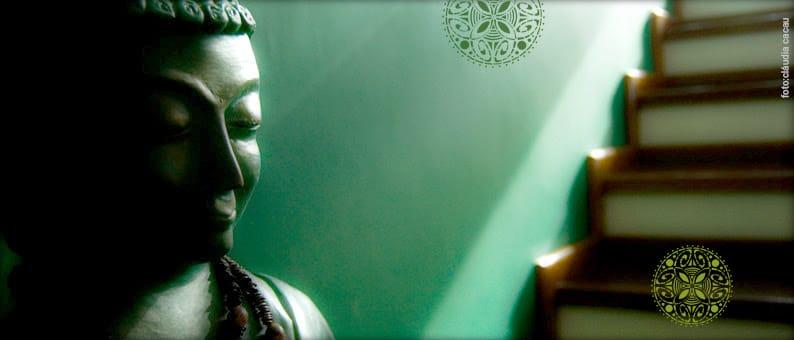 Buda em fundo verde.
