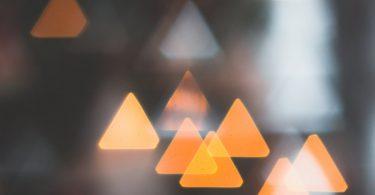 Imagem de paisagem urbana desfocada , com triângulos laranjas de luz.