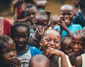 Crianças negras sorrindo.