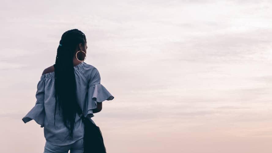Mulher olhando para o horizonte.
