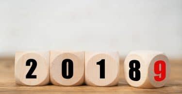 cubos de madeira escritos, formando o ano 2018, onde o cubo do número 8 está se virando para mostrar o número 9. Conceito de ano novo.