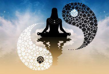 Desenho de silhueta de pessoa sentada, meditando, com o símbolo do yin e yang ao fundo.