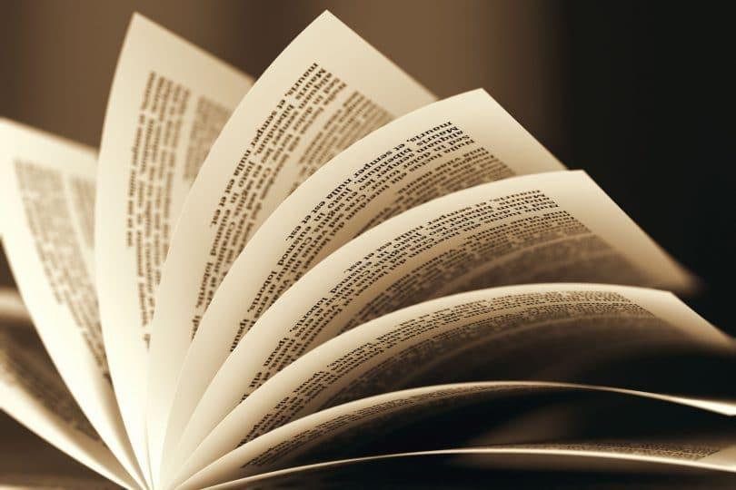 Livros aberto, com suas páginas sendo foleadas.