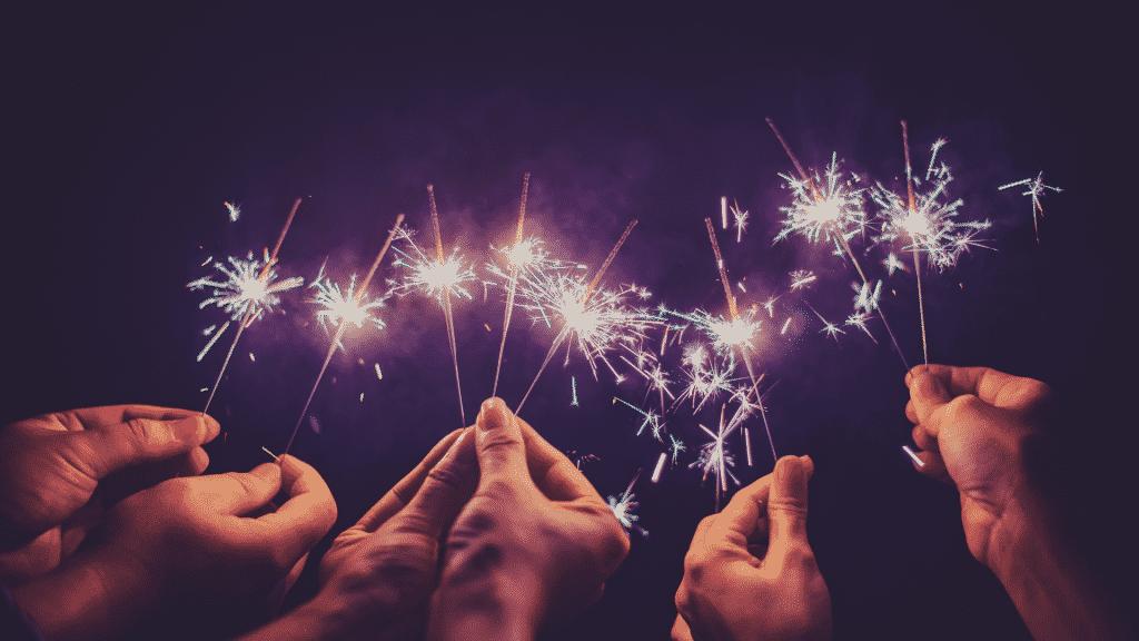 pessoas com fogos de artifícios para o ano novo