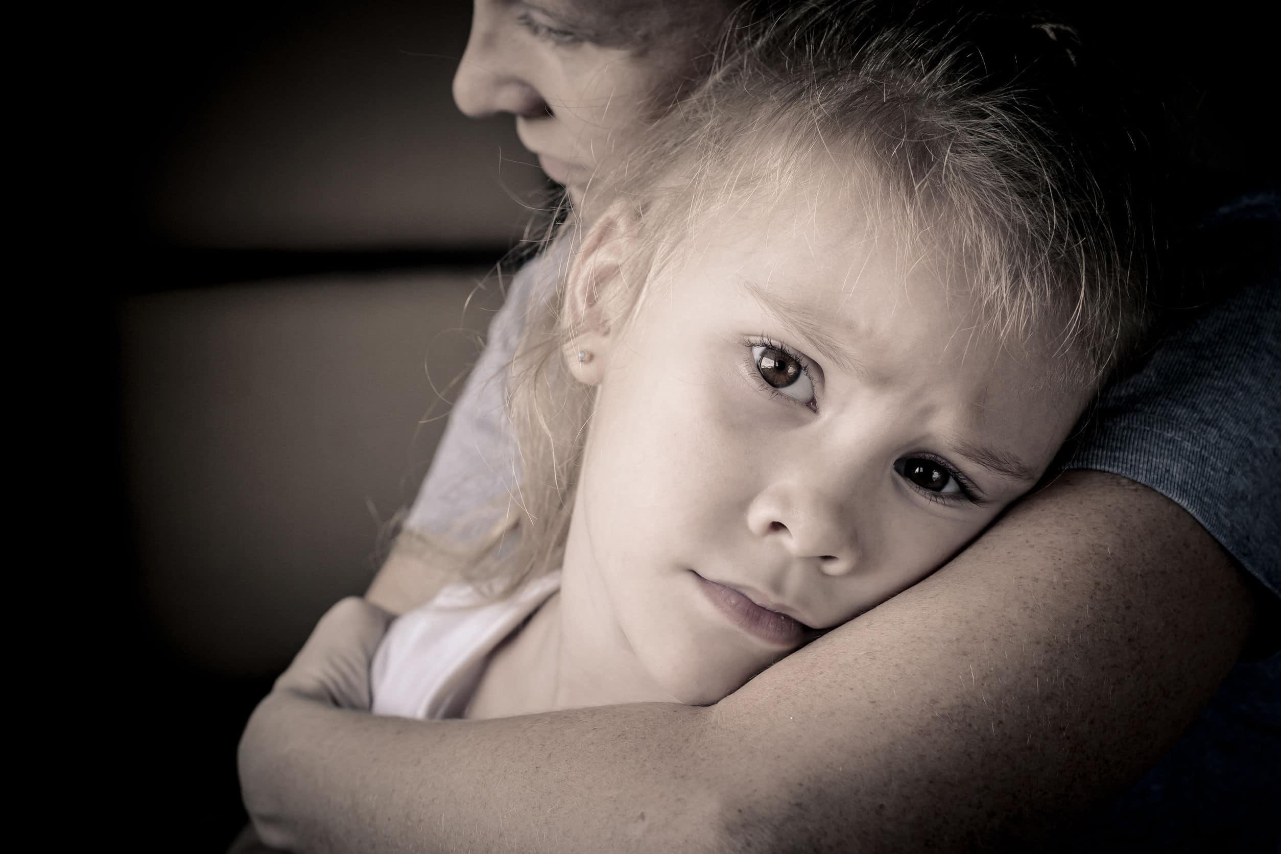 filha triste abraçando sua mãe