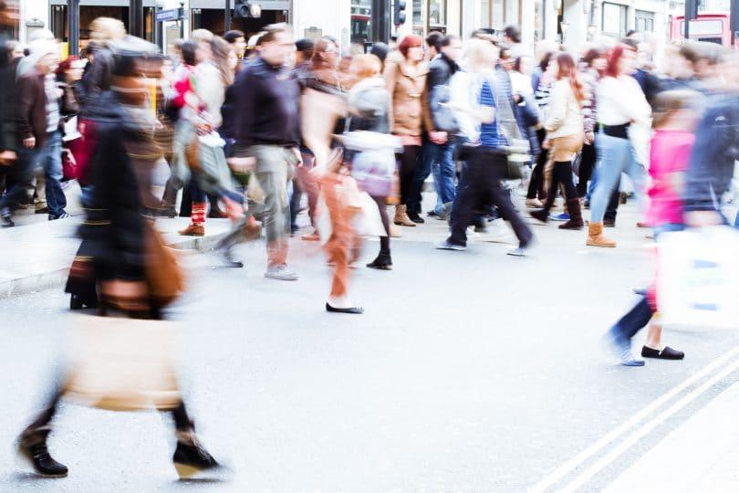 Multidão em movimento.