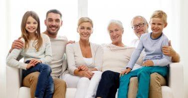 Família reunida num sofá. Avós, filha ou filho, nora ou genro e netos.