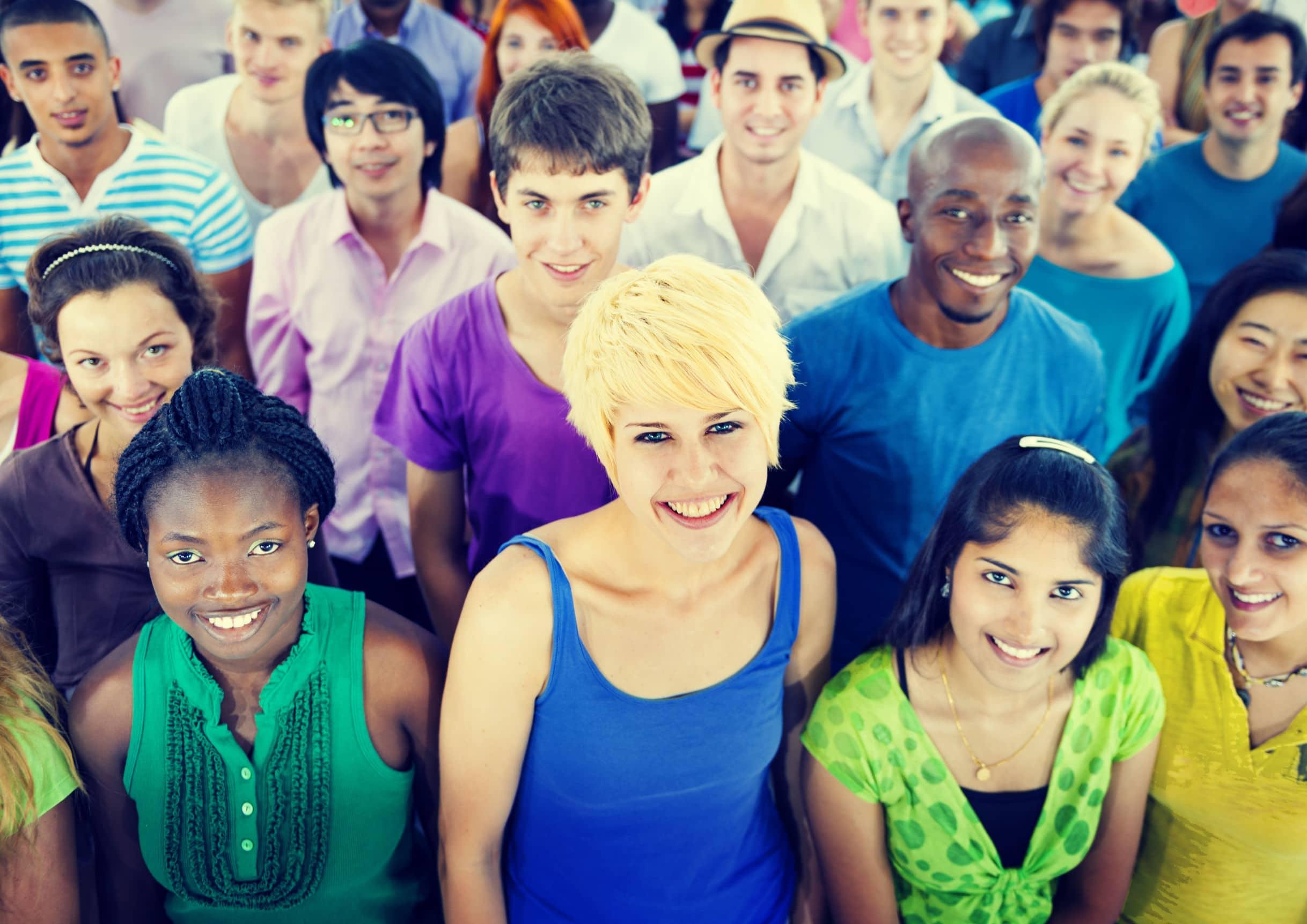 Multidão. Todos olham para a câmera. Cada um de uma etnia.