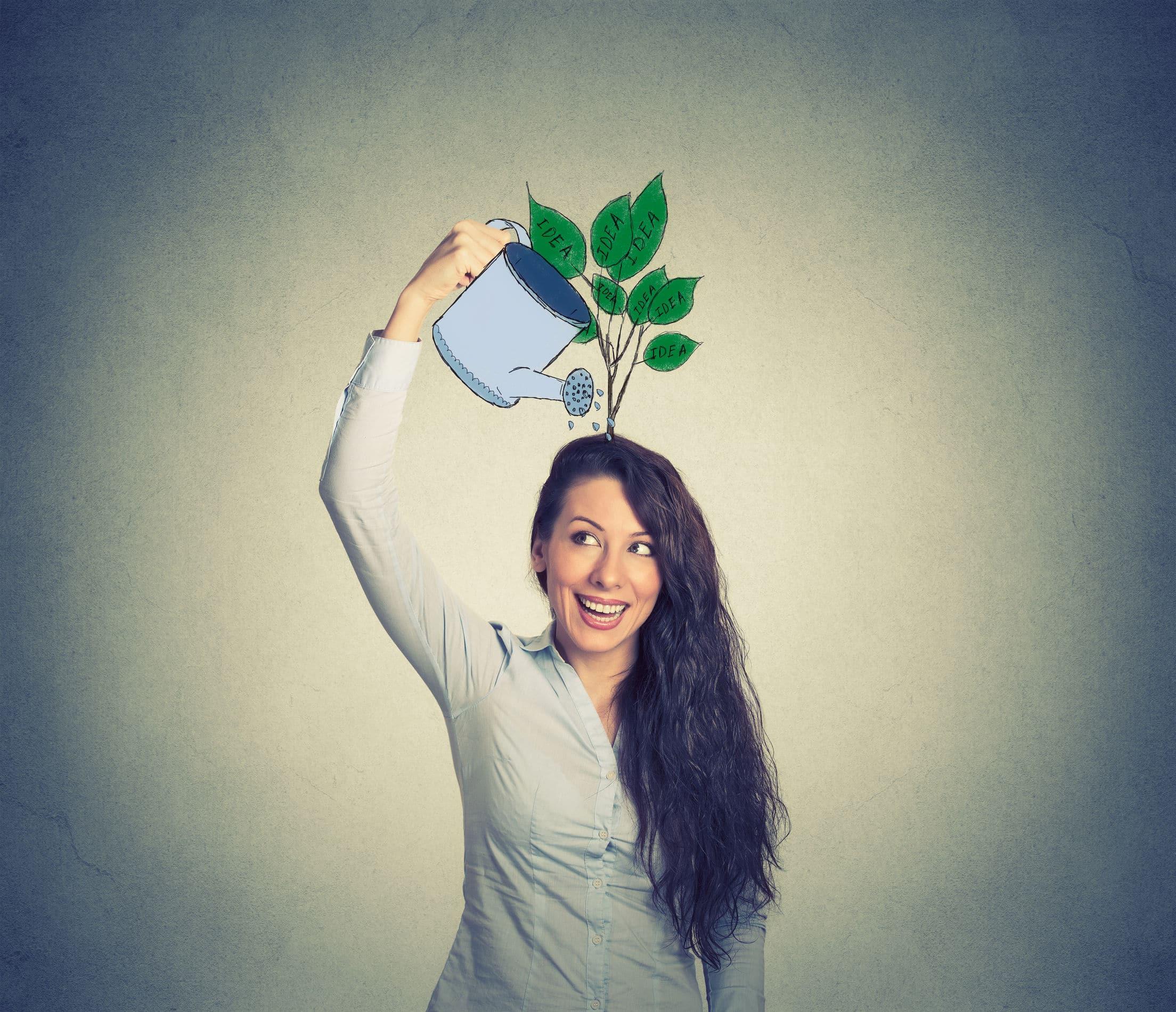 Mulher em pé com o braço levantado, com um desenho de um regador na sua mão, regando sua cabeça, que tem plantas crescendo.