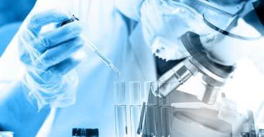cientista misturando líquidos químicos em um laboratório.