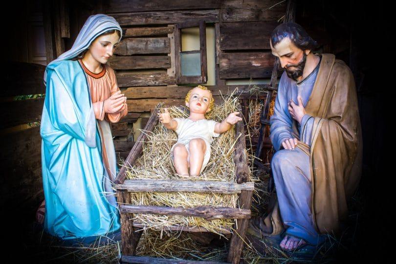 José, Maria e Jesus. Jesus ainda recém-nascido na manjedoura.