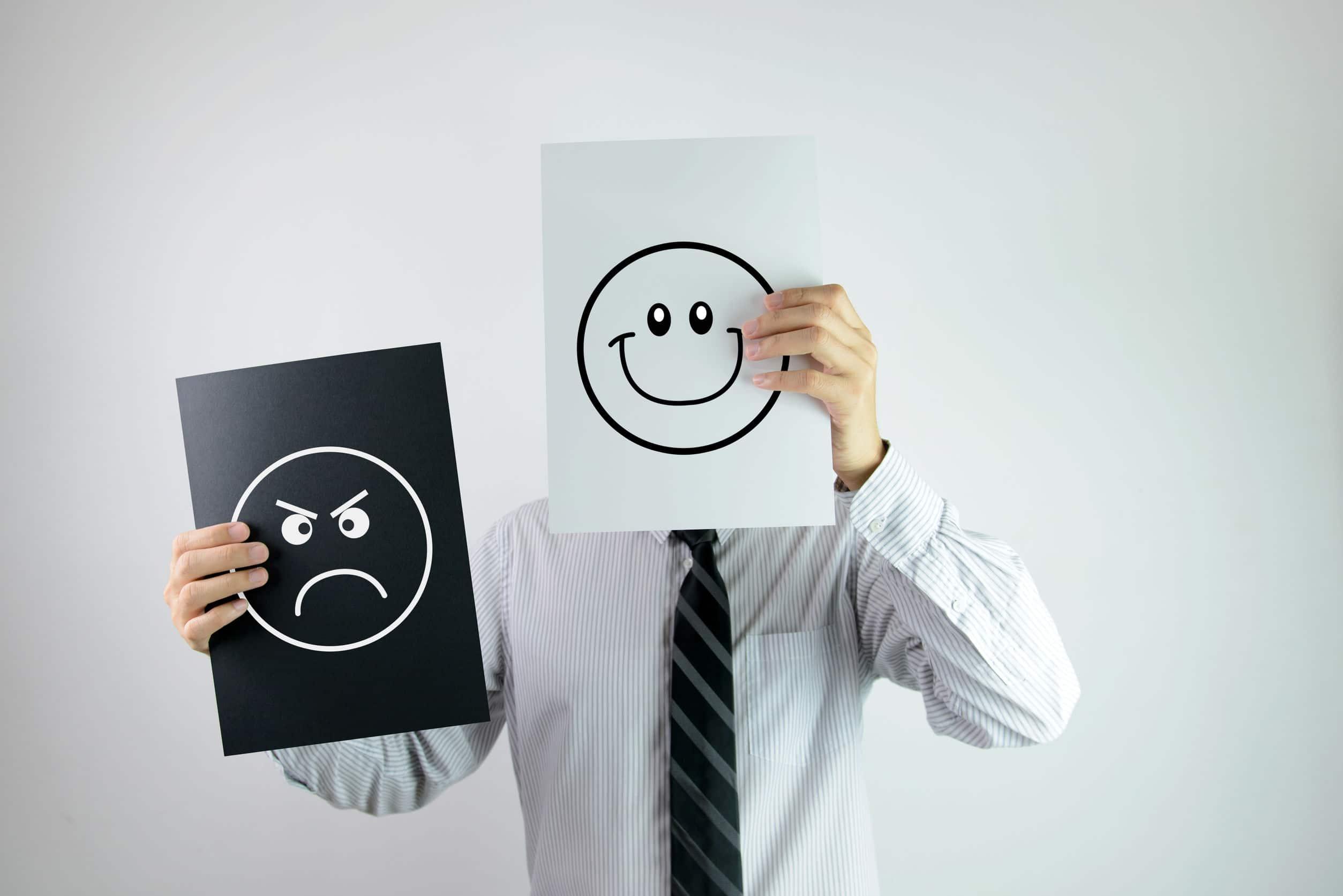 Homem segurando dois papeis com feliz e zangado rosto cada neles