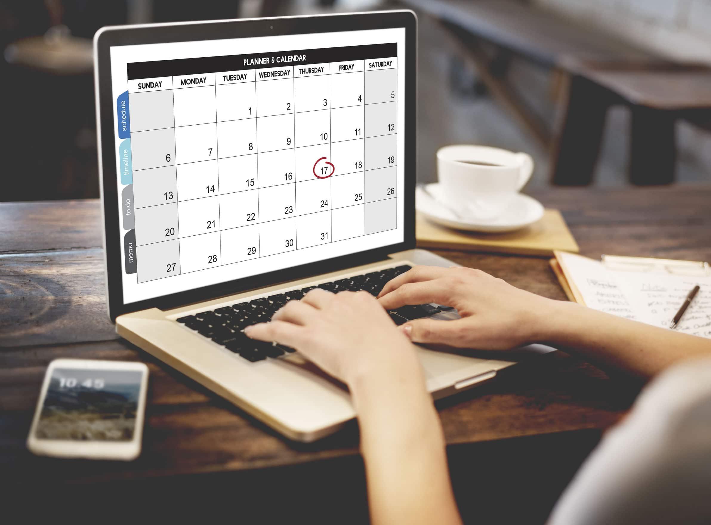 Mulher organizando sua agenda no computador.
