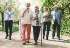 Grupo de pessoas idosas caminhando ao ar livre