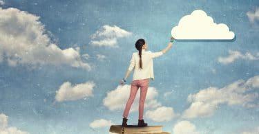 Mulher pintando nuvens no céu.