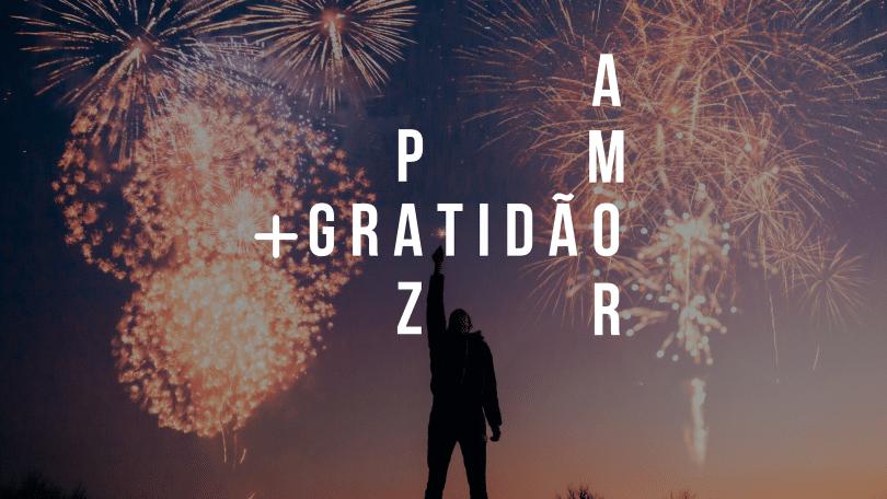 """Fundo de fogos de artifício. Silhueta de homem segurando uma vela na mão e levantando apontando para o céu. Frase """"mais gratidão, paz e amor"""" em branco na frente da imagem."""