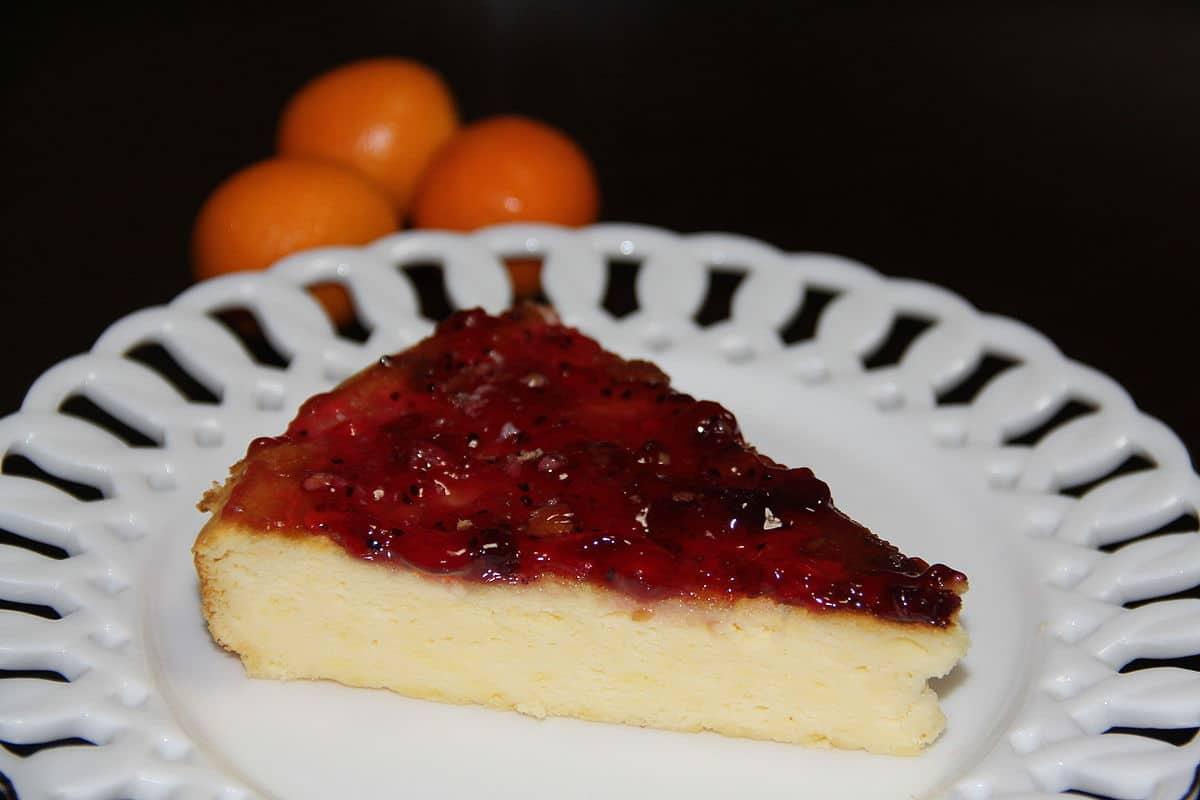 prato branco com fatia de cheesecake.