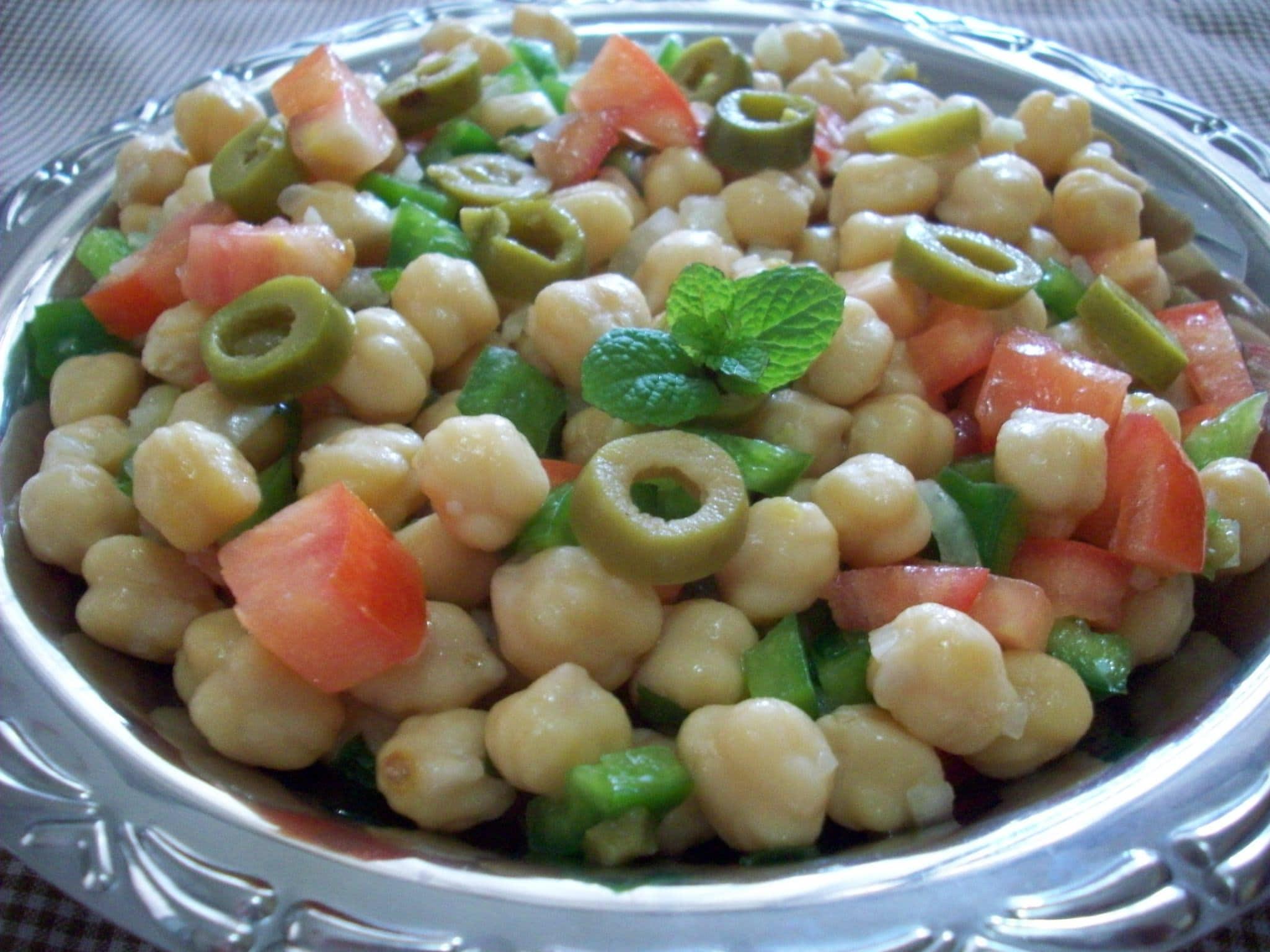 prato com salada de grão de bico