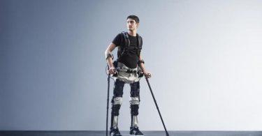 Paraplégico usando exoesqueleto par andar.