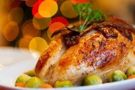 Foto de frango assado na mesa da ceia de natal.