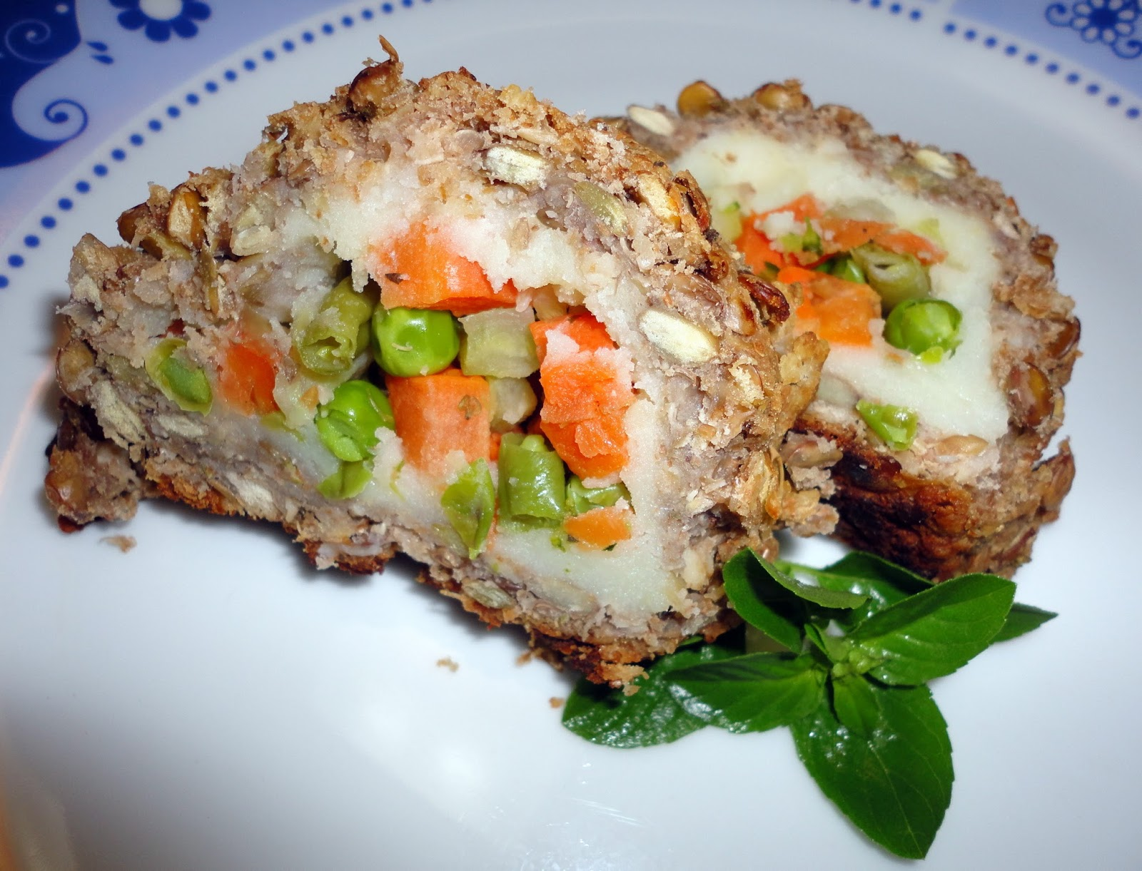 prato branco com duas fatias de rocambole salgado