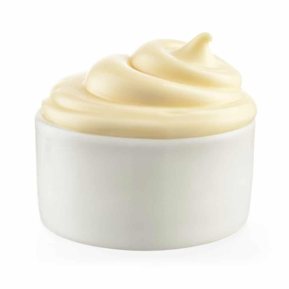 pote branco com maionese