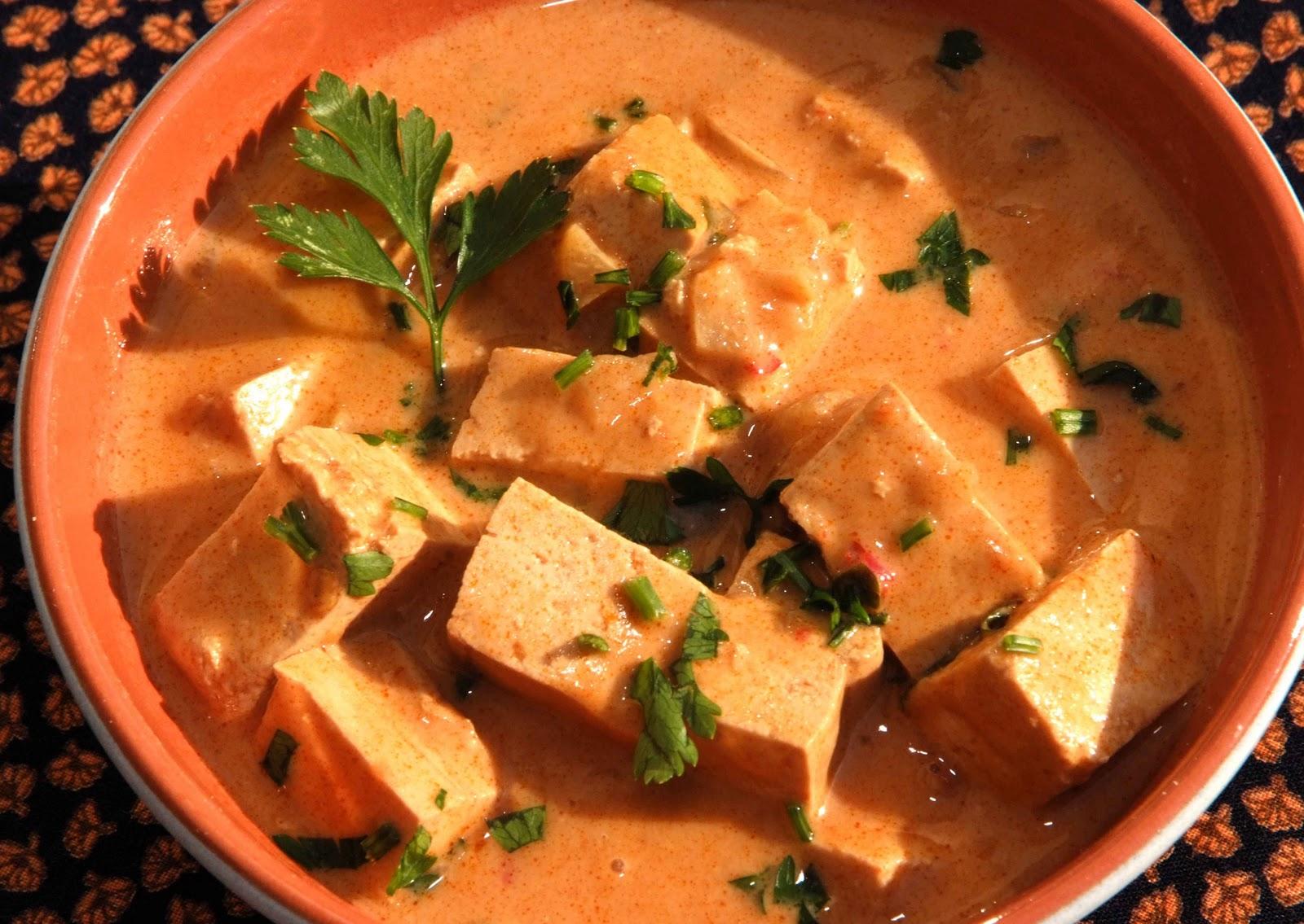 travessa de barro com moqueca de tofu.