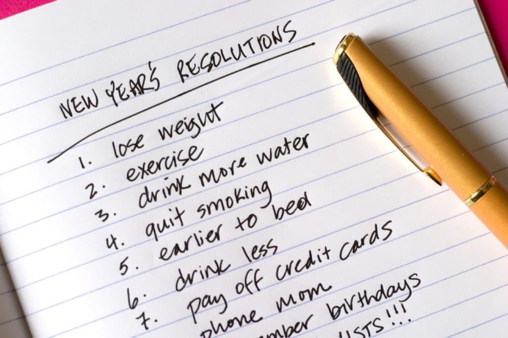Caderno com lista de promessas de ano novo.