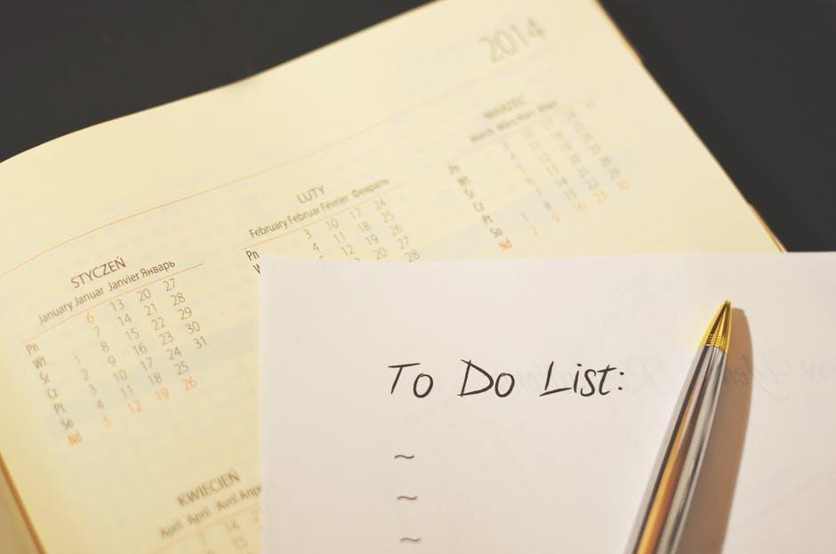 Lista de metas em branco colocada em cima de uma agenda anual.
