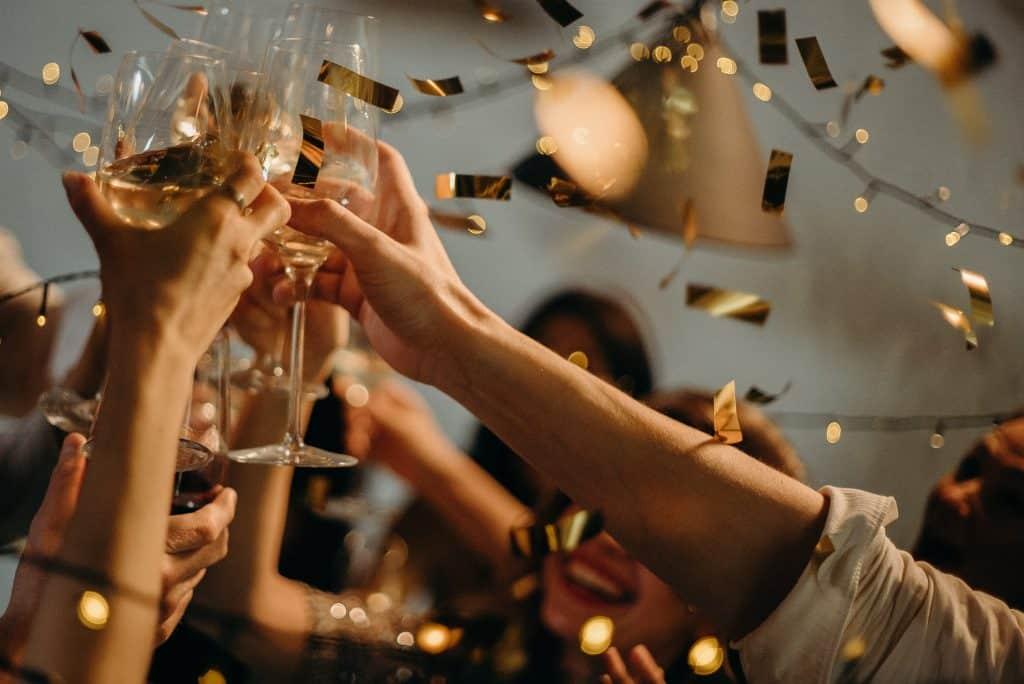 Pessoas brindando o ano novo